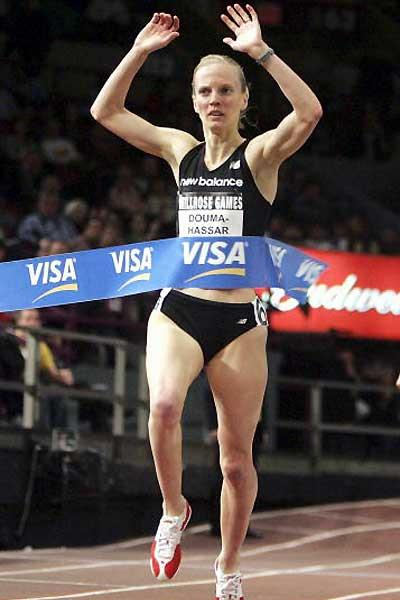 Carmen Douma-Hussar (CAN) wins the MIle in the 2005 Millrose Games (Getty Images)