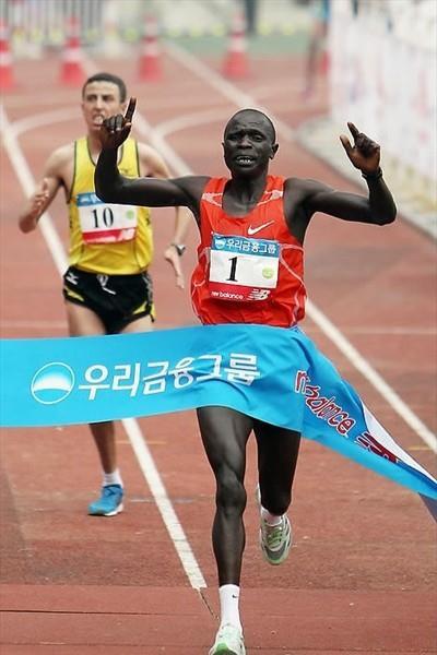 David Kiyeng winning the 2010 Joongang Seoul Marathon (Joongang Marathon organisers)