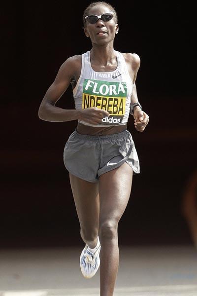 Catherine Ndereba of Kenya running in the 2009 Flora London Marathon (AFP / Getty Images)