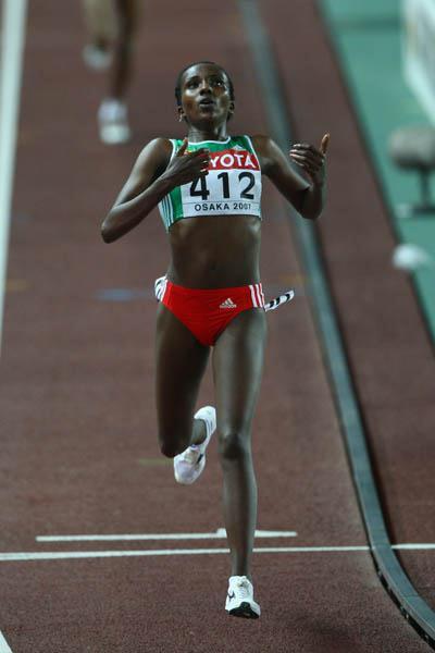 Tirunesh Dibaba wins the women's 10,000m final in Osaka (Getty Images)