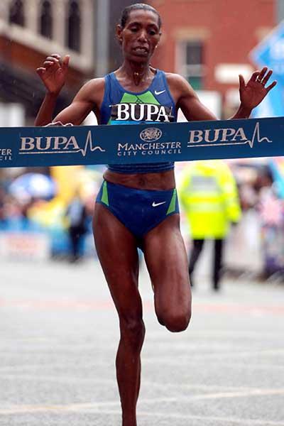 Berhane Adere (ETH) wins the 2006 women's BUPA Great Manchester Run 10km (Peter Langdown)