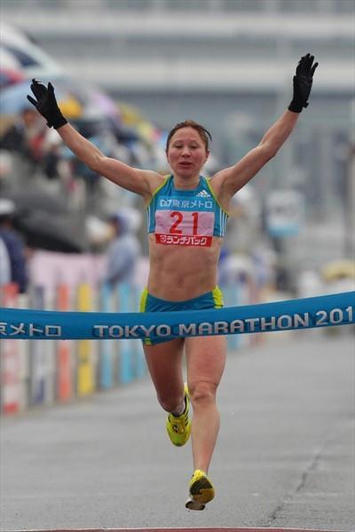 After a largely solo run, Alevtina Biktimirova prevails at the 2010 Tokyo Marathon (Kazuo TANAKA/Agence SHOT)