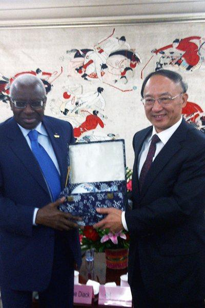 Lamine Diack with China's Sport Minister Liu Peng (IAAF)