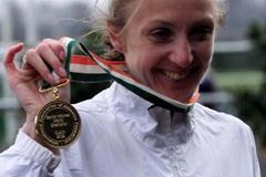 Paula Radcliffe with the women's long cross gold medal (© Allsport)