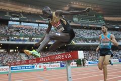 Ezekiel Kemboi leads the 3000m Steeplechase at the 2013 Paris Diamond League meeting (Jean-Pierre Durand)