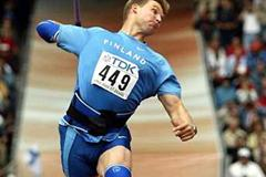 Aki Parviainen throwing in Paris 2003 (Getty Images)
