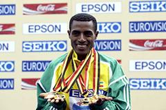 Kenenisa Bekele shows off his four Brussels' golds (two individual and two team) (Victah Sailer)