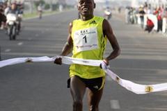 Patrick Makau winning the Ras Al Khaimah Half Marathon (Victah Sailer)