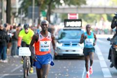 Wilson Kipsang break away at the 2013 BMW Berlin Marathon (Victah Sailer / organisers)