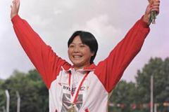 Mei Hong celebrates winning shot put gold (© Allsport)