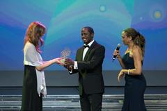 Dwight Phillips receives the IAAF distinguished career award (Philippe Fitte)
