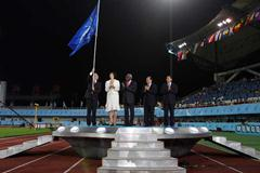 The mayor of Poland's Bydgoszcz waves the IAAF flag during the closing ceremony (Getty Images)