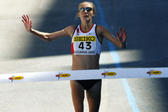 Paula Radcliffe wins the 2003 world half-marathon title in Vilamoura (Getty Images)