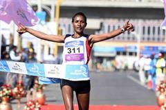 Mamitu Daska winning at the 2015 Great Ethiopian Run (Jiro Mochizuki)