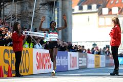 Gladys Cherono wins the 2014 world half marathon title in Copenhagen (Getty Images)