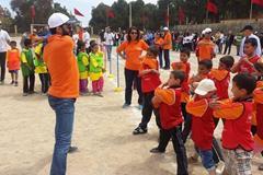 Hicham El Guerrouj shows the Tafoughalte children how to stretch (IAAF / Nestlé Healthy Kids' Athletics )