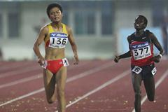 Xue Fei of China outsprints Florence Kiplagat of Kenya in the 5000m final (Getty Images)