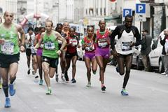 Ethiopian Tirfi Tsegay Beyene on her way to victory at the 2012 Paris Marathon (Vincent Lyky)