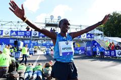 Eliud Kipchoge winning the 2015 Berlin Marathon (Getty Images / AFP)