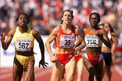 Stephanie Graf (centre) running to World silver, next to eventual winner Maria Mutola (left) in Edmnonton 2001 (Getty Images)