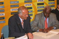Lamine Diack signs the Golden Book of the City of Naumburg (IAAF)