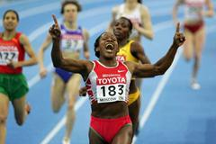 Maria de Lurdes Mutola of Mozambique wins gold in the women's 800m final (Getty Images)