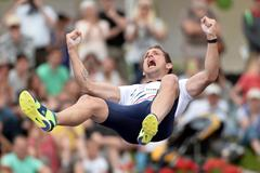Renaud Lavillenie after clearing 5.95m at the 2016 French Cahmpionships (Getty Images / AFP)