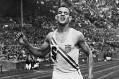 Mal Whitfield on the anchor leg of the USA team that took the 1948 Olympic Games 4x400m gold medal  (Getty Images)