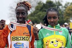Lornah Kiplagat (NED) and Tirunesh Dibaba (ETH) with medals (Getty Images)