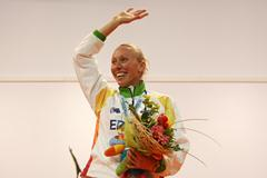 Tamsyn Lewis celebrates her surprise 800m gold medal (Getty Images)