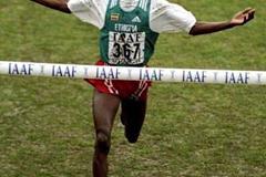 Hailu Mekonnen wins the World Junior title in 1999 (Getty Images)