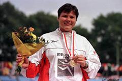 Kamila Skolimowska shows her gold medal (© Allsport)