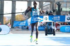 Eliud Kipchoge winning at the 2015 Berlin Marathon (Victah Sailer / organisers)