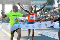 Wilson Kipsang wins the 2013 BMW Berlin Marathon (Victah Sailer / organisers)