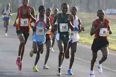 Stephen Mokoka (126) en route to the men's South African 10Km title (Mark Ouma)