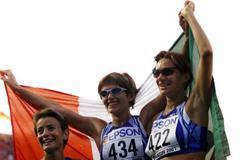 Italy's Elisabetta Perrone (434 ) and Erica Alfridi (422) celebrate in Edmonton (Getty Images)