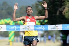 Atsedu Tsegay winning the 2013 Great Ethiopian Run (Jiro Mochizuki)