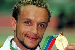 Jamie Baulch shows his 400m gold medal (© Allsport)