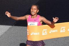 Amane Gobena winning at the 2014 LA Marathon (Getty Images)