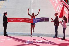 Rita Jeptoo successfully defends her title at the 2014 Chicago Marathon (Getty Images)