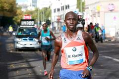Wilson Kipsang breaks away at the 2013 BMW Berlin Marathon (Victah Sailer / organisers)