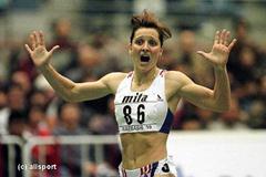 Ludmila Formanova wins the 800m in Maebashi (© Allsport)