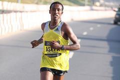 Tsegaye Asefa Mekonnen en route to victory at the 2014 Standard Chartered Dubai Marathon (Organisers / Giancarlo Colombo)