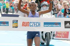 Worknesh Degefa wins the 2015 Prague Half Marathon (Victah Sailer / organisers)