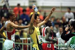 John Botha wins the 800m in Maebashi (© Allsport)