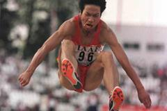 Yapeng Shang jumps to victory (© Allsport)