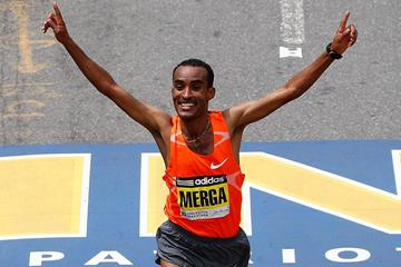 Deriba Merga taking the 2009 Boston Marathon crown (Getty Images)