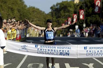 Deena Kastor wins the 2005 Jefferson Hospital Philadelphia Distance Run in a USA half marathon record (Victah Sailer)
