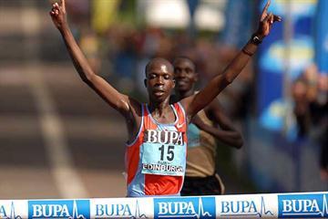 Hosea Macharinyang wins the men's race at the 2007 BUPA Great Edinburgh Run (c)