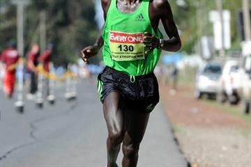 Kiplimo Kimutai en route to his course record at the Hawassa Half Marathon (Jiro Mochizuki)